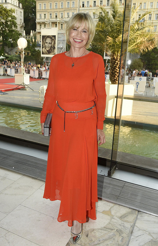 Jana Švandová oblékla šaty, které si koupila ve Francii.