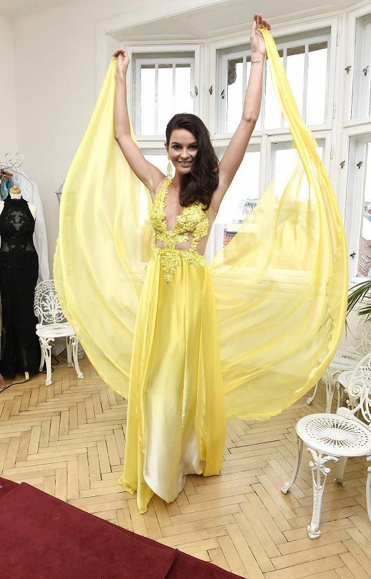 Žluté šaty jsou pořádně sexy.