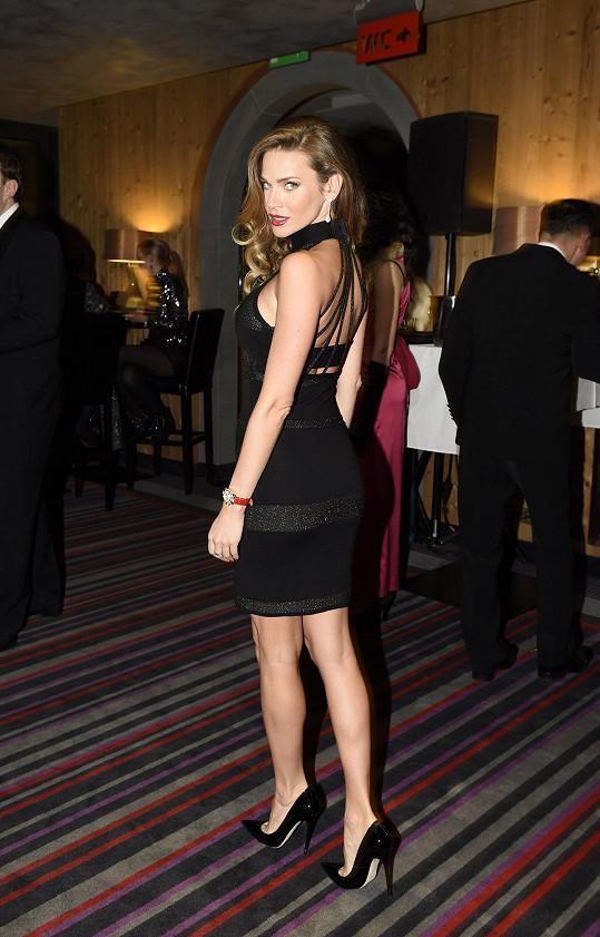 Andrea na luxusní párty ve stylu 30. let