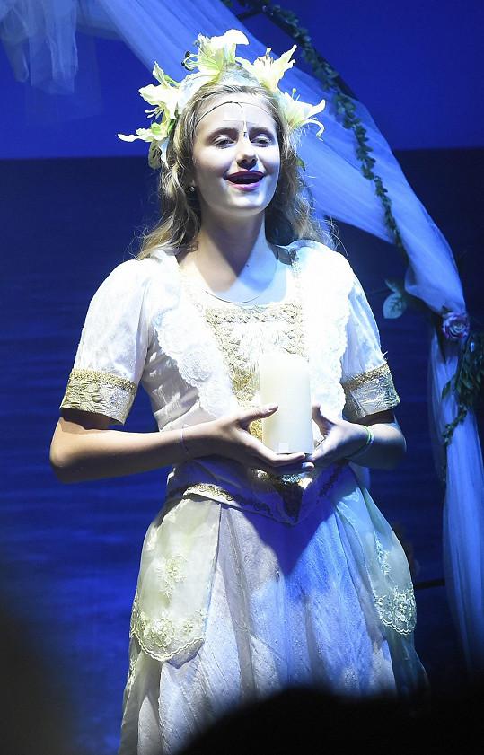Emily Ann hraja a zpívá v muzikálu Robinson Crusoe.