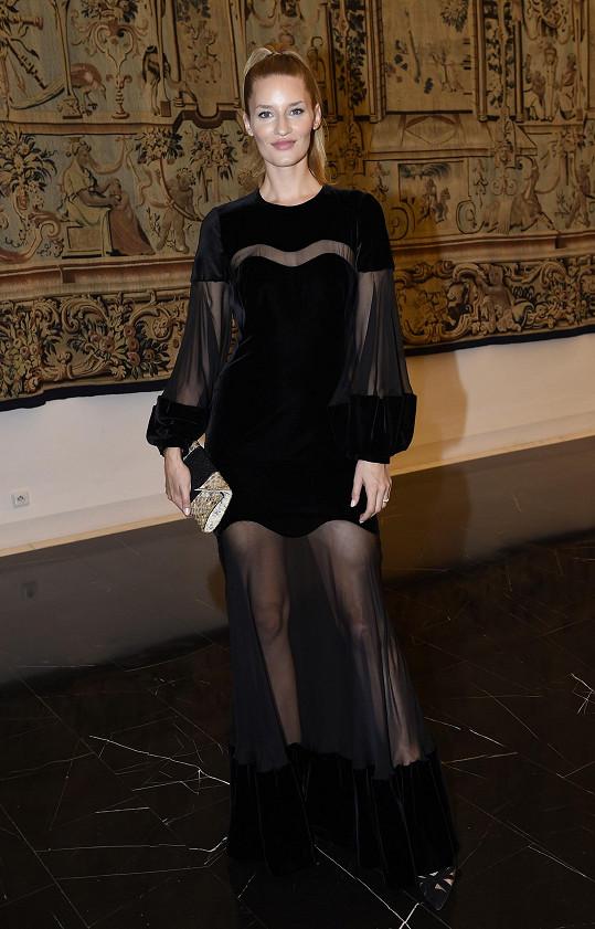 Málokdo by si mohl tento extrémní model od Alexandra McQueena kombinující těžký satén a transparentní tyl dovolit. Linda Vojtová s přehledem ano.