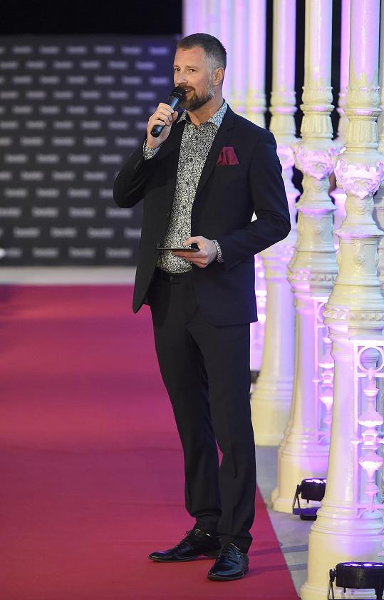 Petr Vágner v Karlových Varech moderoval přehlídku Beaty Rajské.