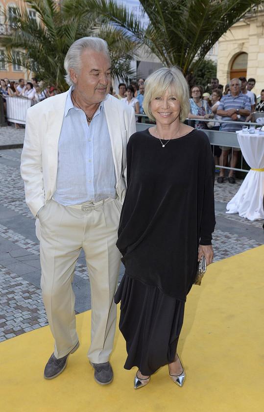 Jana Švandová s manželem na párty v Karlových Varech.
