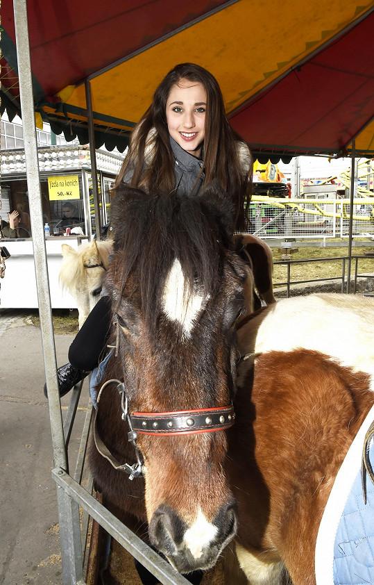 Natálka si na pouti užila svezení na koni...