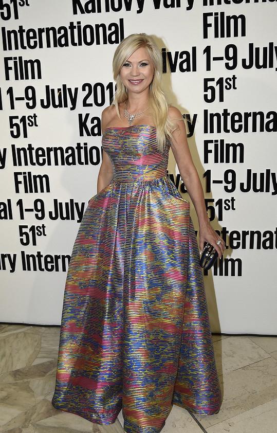 Pro své šaty se Ruden inspirovala novým trendem romantických rób, které jsme mohli vidět již na festivalu v Cannes. Šaty byly ušity z organzy protkané hedvábím, působily vzdušně díky 3D efektu.