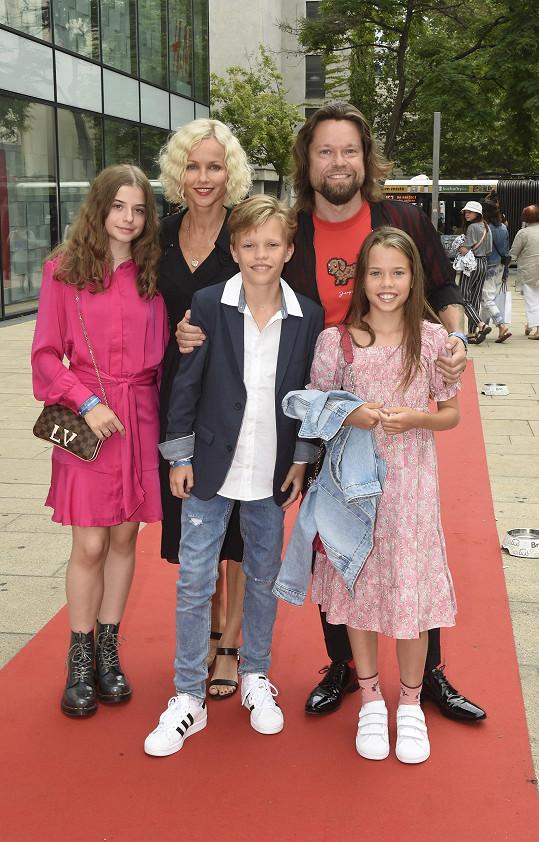 S sebou vzali své děti, dceru Karin Jasmínku a Richardovy děti Richarda a Bereniku.