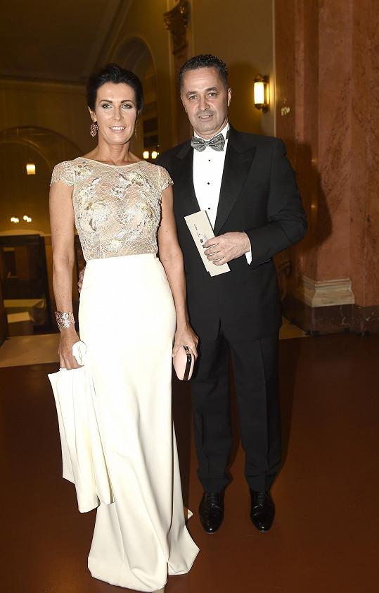 S šaty Daniela Dejdarová sladila doplňky i účes.