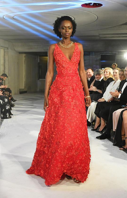 Exotická Dina Cassama v červených šatech
