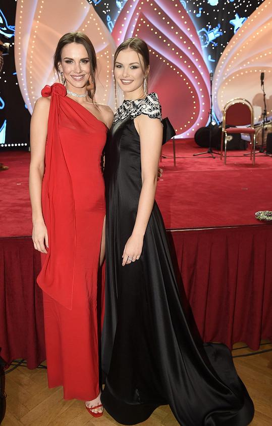 Akci podpořila i aktuální vítězka České Miss Barbora Hodačová (vlevo) s kolegyní Klárou Vavruškovou.
