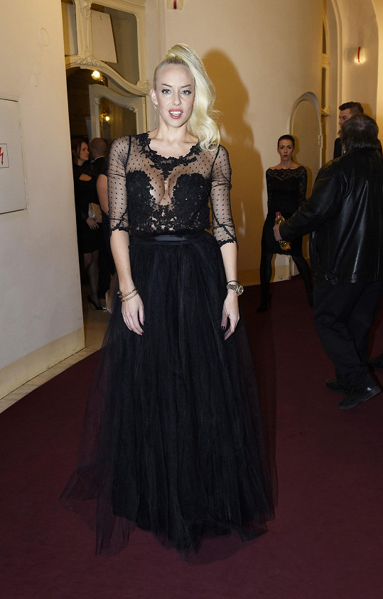 Kate pro tento večer zvolila róbu od mladé návrhářky Michaely Dúcké. Vzhledem k tomu, že šaty byly tolik výrazné, mohla zpěvačka rozhodně sáhnout po méně nápadných doplňcích a volit rozhodně jiný účes.