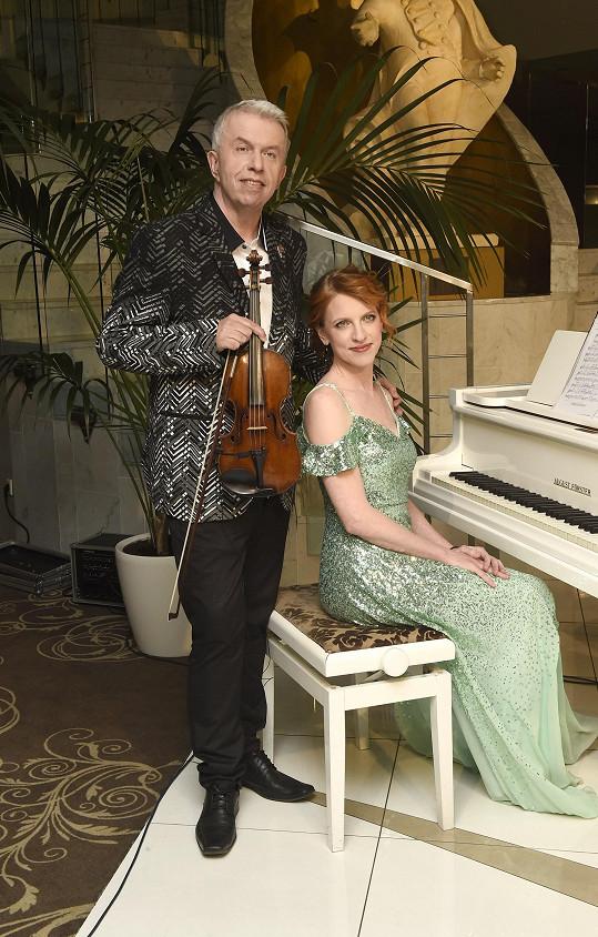 S půvabnou klavíristkou Lucií Tóth vystupoval.