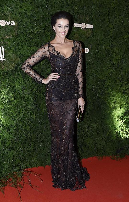 Na Ples v Opeře oblékla opět model od Sedláčkových.