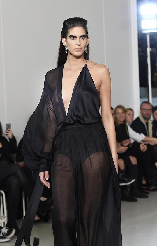 Vignerová vynesla odvážný model svého dvorního návrháře Michaela Kováčika.