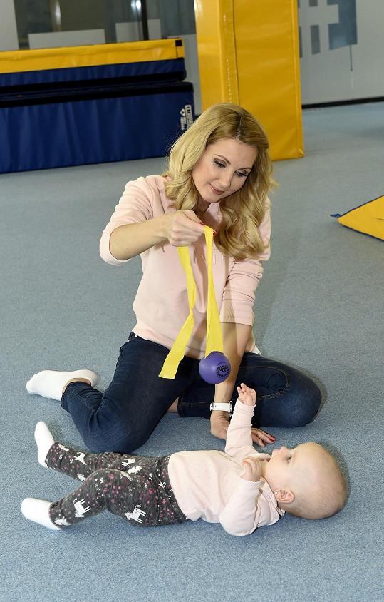 S dcerou chodí moderátorka do dětského fitka.