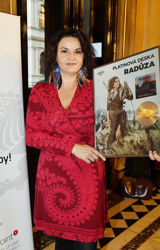 Radůza zároveň převzala platinovou desku za předchozí CD Muž s bílým psem.