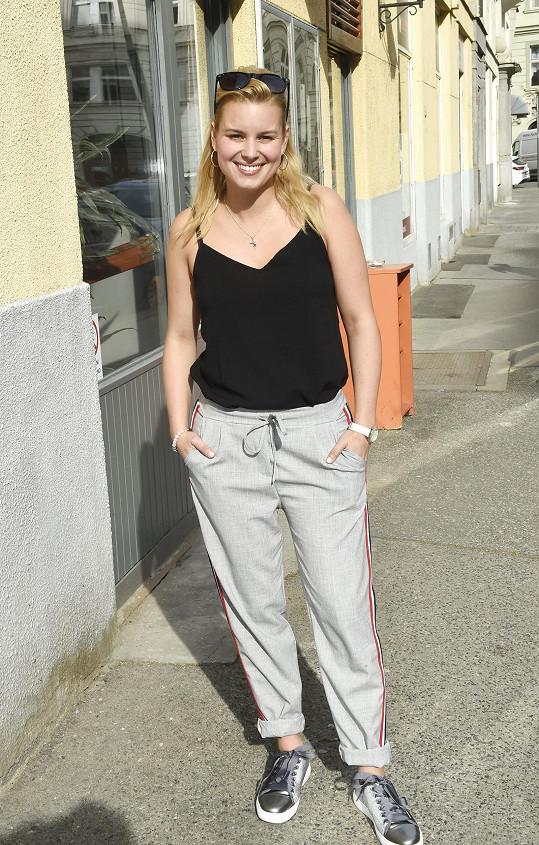 Patricie přišla na představení seriálu ve sportovních kalhotách a bez šminek.