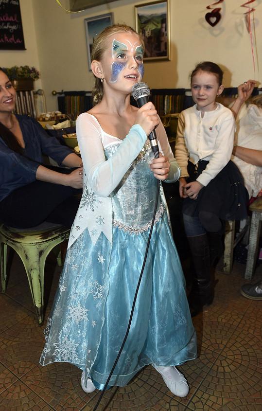 Emilka byla sice oblečená jako Elsa z filmu Frozen, ale zpívala árii z Fantoma opery
