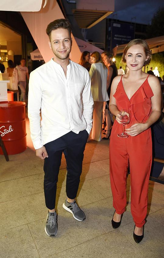 Přehlídka luxusních automobilů Ferrari si nenechal ujít zpěvák a herec Milan Peroutka nebo jeho herecká kolegyně Anna Jiřina Daňhelová.