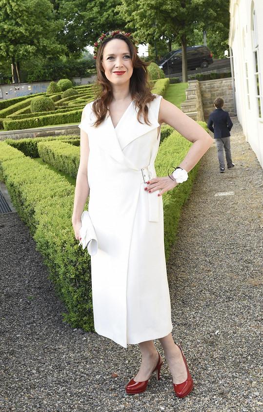 Tereza v čelence a bílých šatech vypadala jako víla.