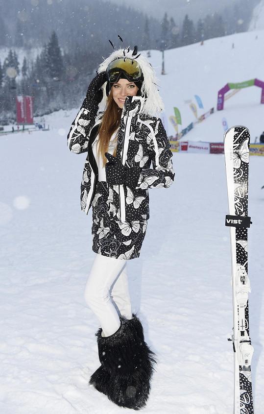 Stejný vzor motýlů má bunda, minisukně i lyže.