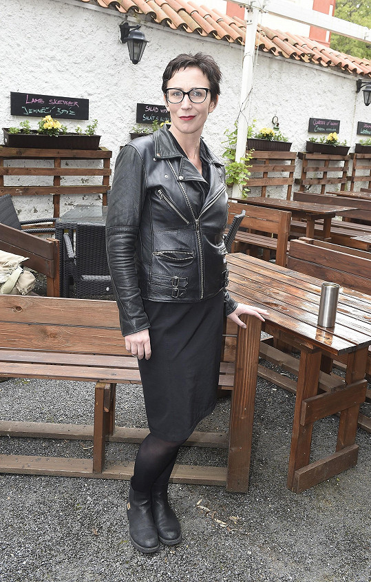 Kristýna Frejová na představení programu Letní scény Divadla Ungelt. Na Hradčanech si zahraje ve hře Jak zabít komika.