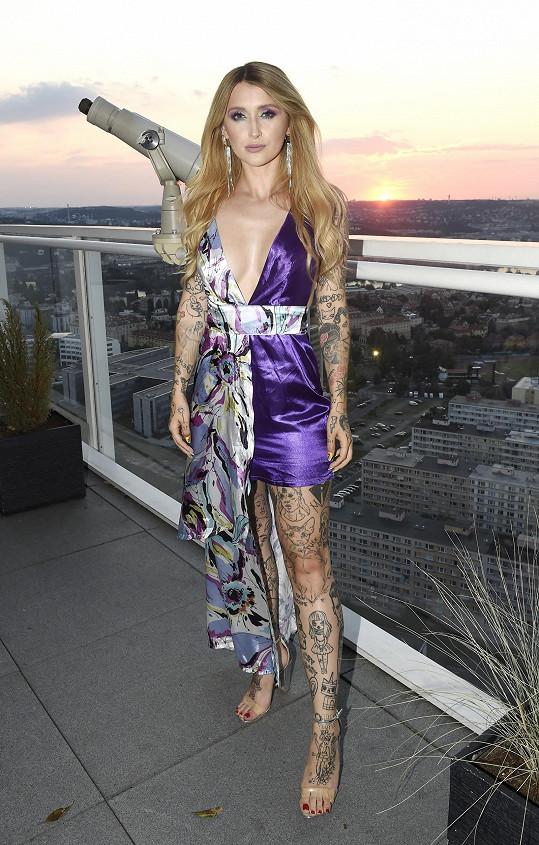 Raperka se extravagantních modelů nebojí.