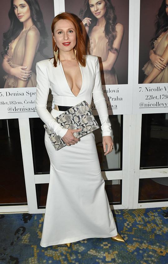 Modelka Romana Pavelková ví, jak upoutat pozornost. To se v šatech od Veroniky Machové povedlo.