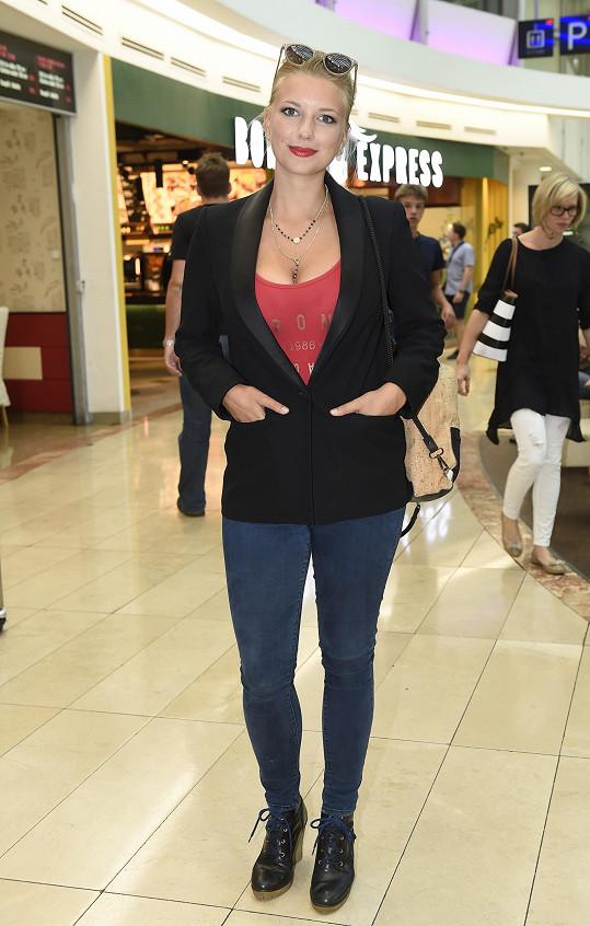 Vnadná herečka je známá díky roli barmanky v seriálu Ulice, objevila se ale i v Ordinaci a v seriálu Cesty domů.