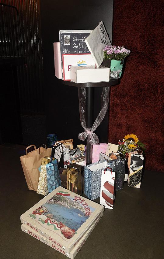 Část ze sbírky dárků, které dostal.