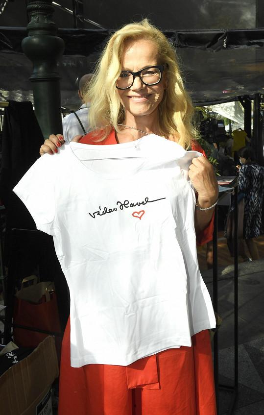 Trika, která zaujala Jitku Asterovou, věnovala do prodeje právě Dagmar Havlová.