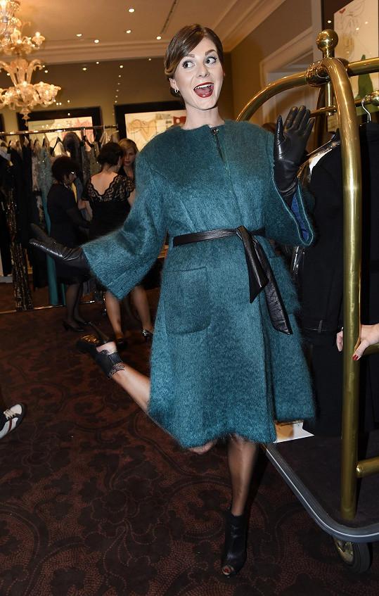 Zimová dovádí v zákulisí před vypuknutím privátní módní show.