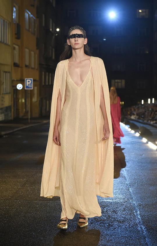 Modely doplnily špičaté baleríny bez podpatku a čelenky nebo vlasové ozdoby s českým křišťálem.