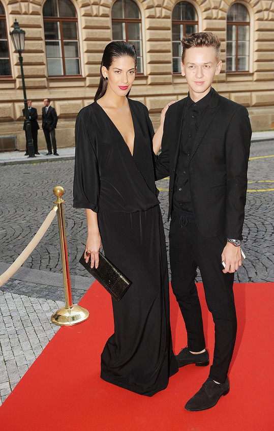 Aneta Vignerová s kamarádem a autorem svých šatů