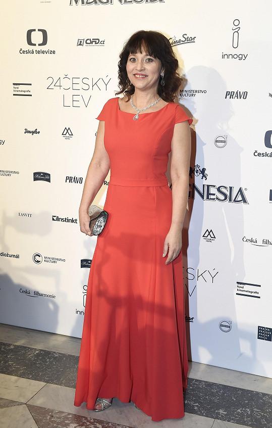 Rudé šaty si vybrala i Alena Mihulová.