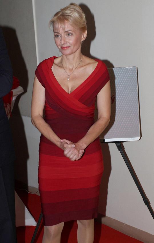 Veronika Žilková dorazila na křest kalendáře Jana Kaplického v červených šatech s obrovským výstřihem.
