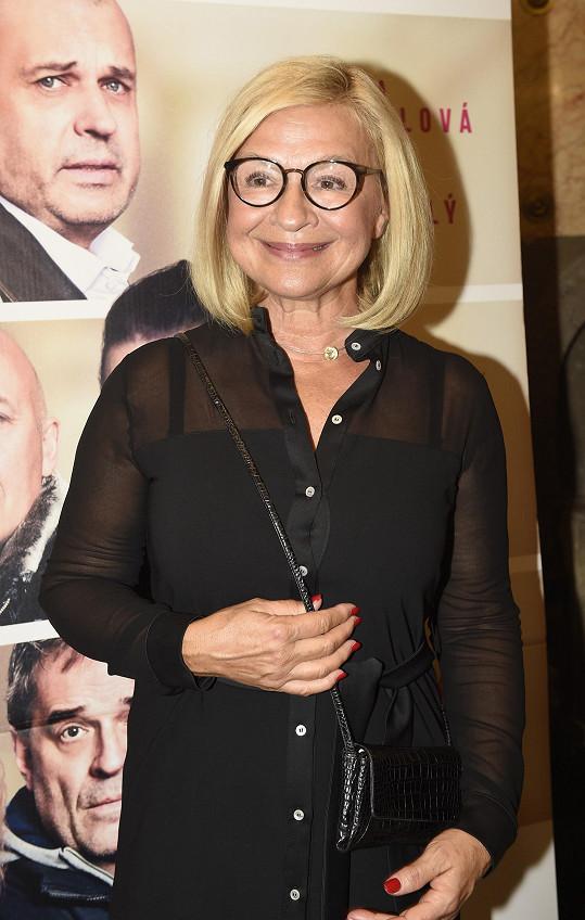 Z herečky a režisérky Jany Paulové je babička.
