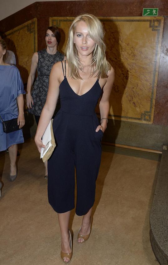 Lehký overal díky svému střihu zalichotil postavě Lindy Bartošové. Černý model si u blondýny navíc rozumí s hnědými doplňky.