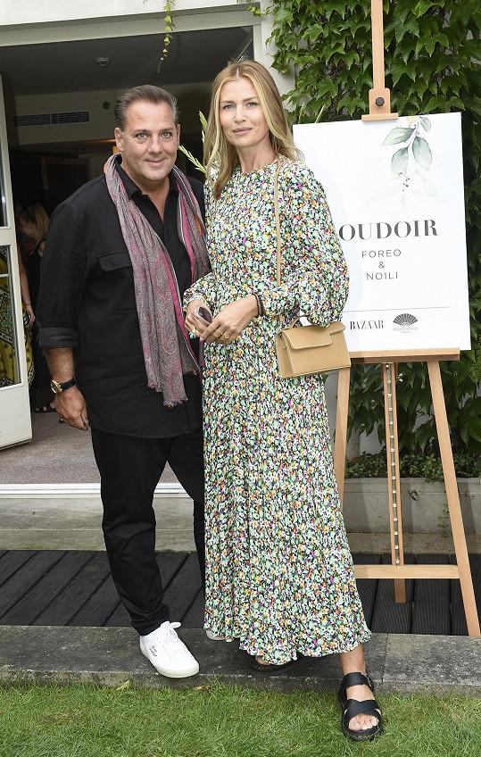 Na letní party magazínu Harper's Bazaar se svým českým manažerem Sášou Jánym.