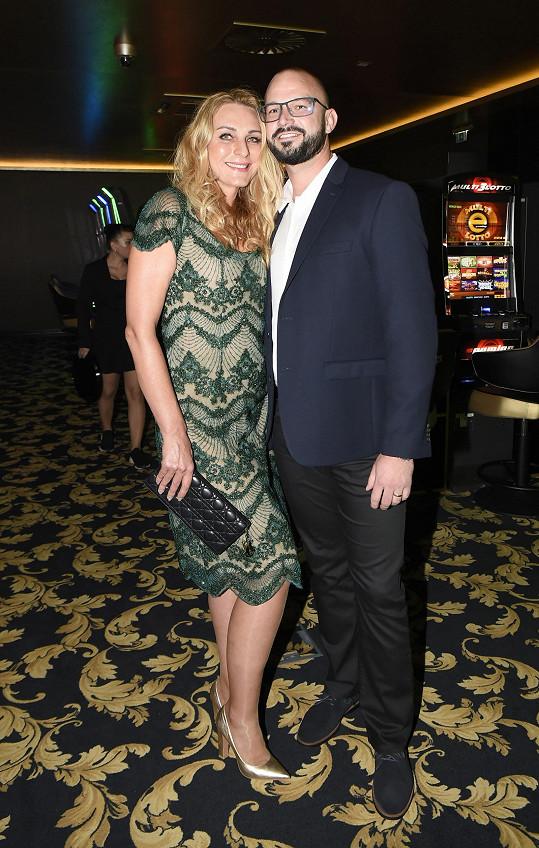 Její šaty do kasina oblékla Markéta Pítr. Na snímku je expřítelkyně Richarda Genzera s novomaželem Ondřejem.