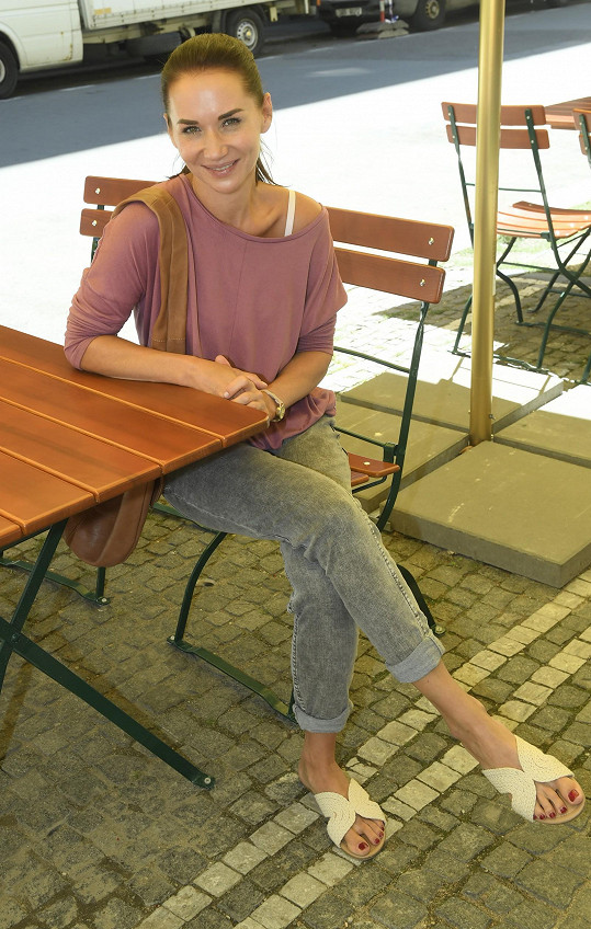 Sandra Nováková ve filmu hraje a podílela se i na přípravě scénáře.