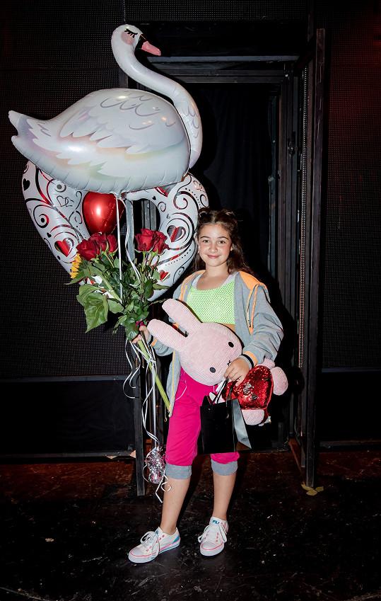 Po premiéře dostala plnou náruč dárků.