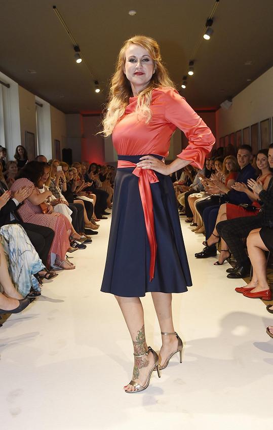 Pizingerová si roli modelky užívala.