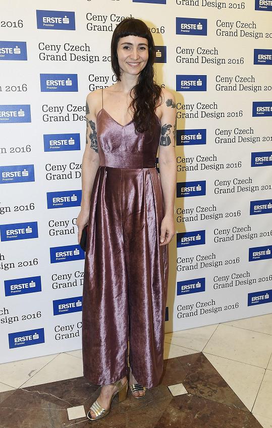 Moderátorka Veronika Ruppert měla na sobě během středečního večera šaty od Assel Tleuové, studentky Fakulta designu a umění Ladislava Sutnara Západočeské univerzity.