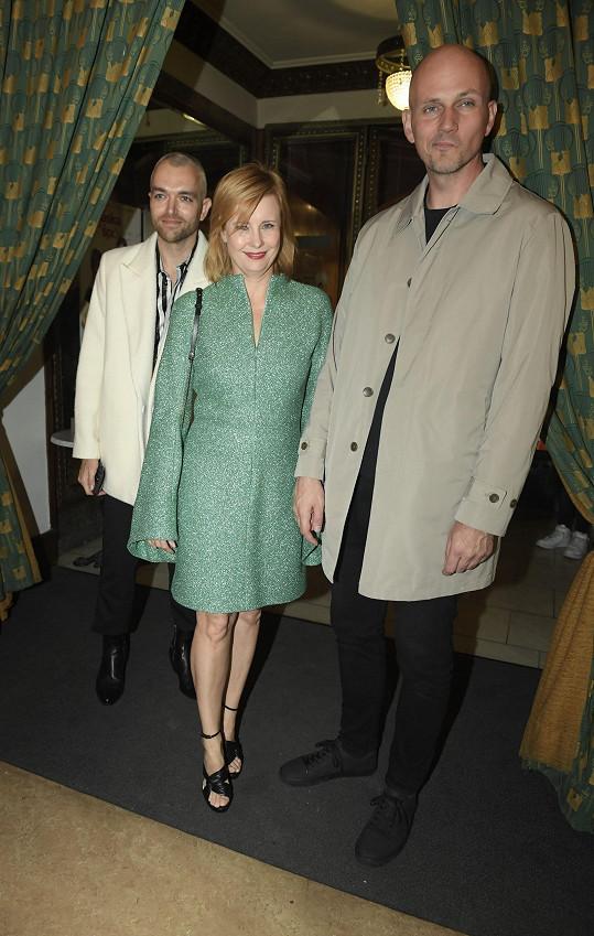 Spoléhá na služby stylisty Jiřího Pokorného (vlevo), který jí společně s jejím partnerem dělal na premiéře doprovod.