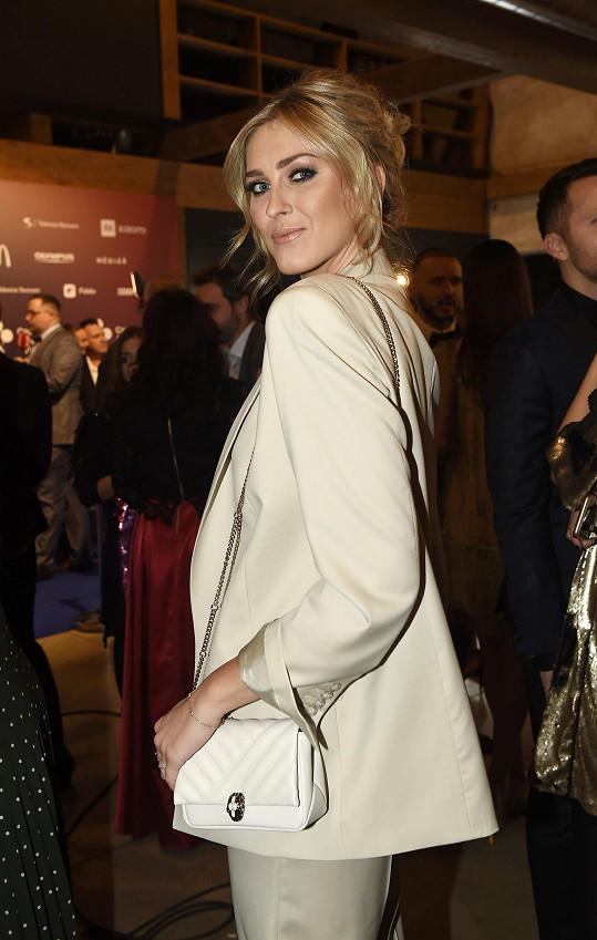 Na předávání cen Czech Social Awards oblékla Zorka dva outfity. Elegantní, sexy kostým a krátké šatičky.