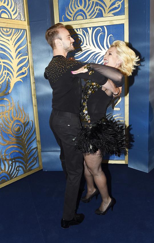 Ňadra dmoucí se z dekoltu by mohla být při tanci nebezpečná.
