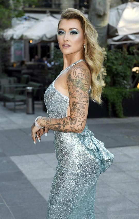 Sharlota v sexy modelu zářila na premiéře.