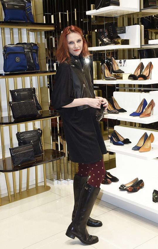 Zpěvačka vyrazila na otevření obchodu s obuví.