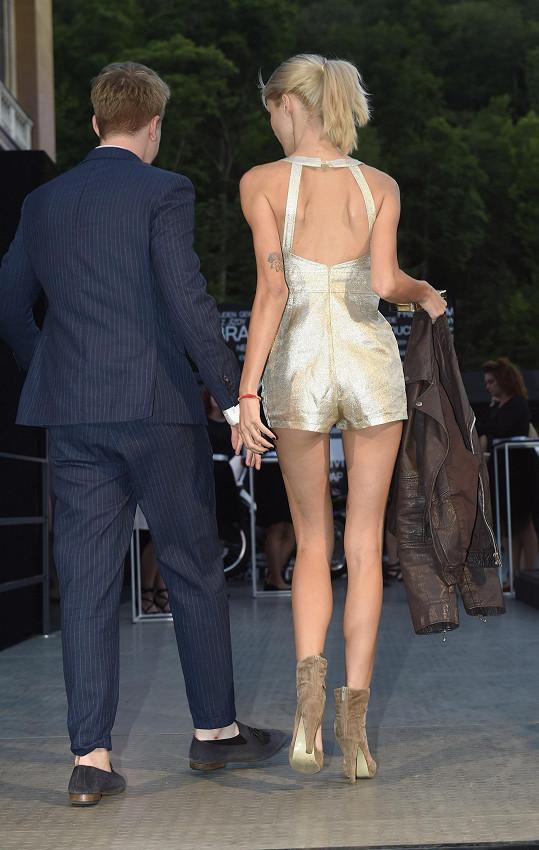 Adamova nová holka ráda ukazuje dokonalé nohy i zadeček.