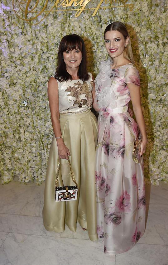 Veronika s Beatou Rajskou, která šaty, jež se posléze vydražily, navrhla